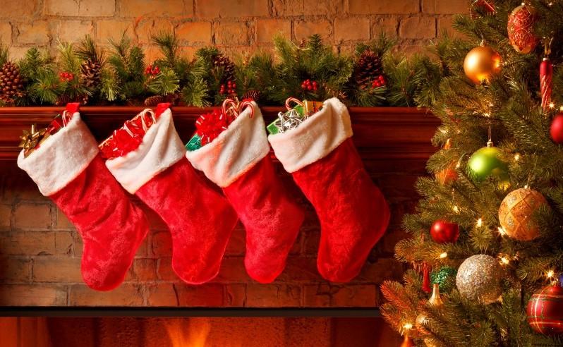 calcitines sobre la chimenea en navidad